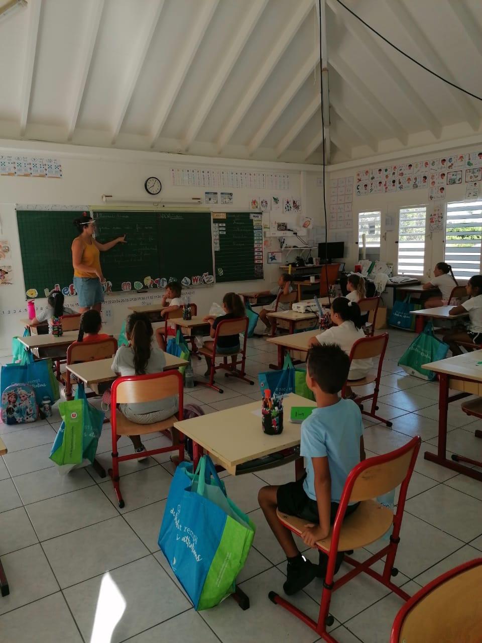 Reprise des écoliers à l'école élémentaire de Saint-Barthélemy