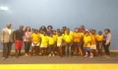 Les élèves du CM2C, entourés des 4 athlètes présents, du coach de 2 d'entre eux, de leur maîtresse et de la missionnée service civique
