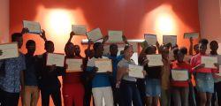 Des élèves heureux de montrer leur diplôme