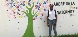 Vanessa REDHEAD devant la fresque représentant l'arbre de la fraternité au collège de QO